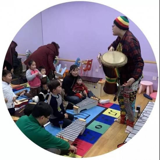 孩子们在老师的带领下一起活动
