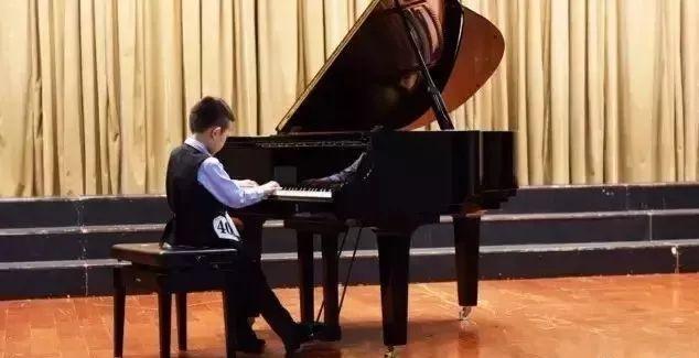 当年大哭的小男孩,现毕业于俄罗斯柴可夫斯基音乐学院!