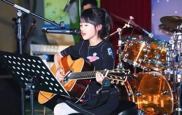 陈小春儿子爱弹琴!《爸爸去哪儿》的孩子们都在学音乐!